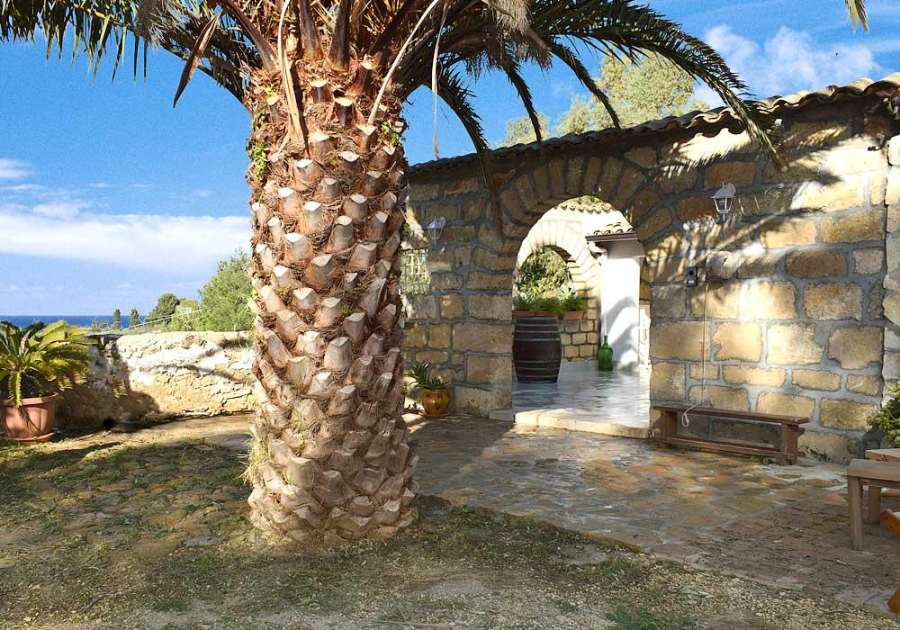 The entrance of Casa Ficurinia