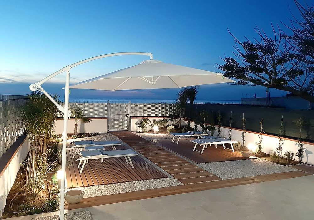 The garden of Appartamento Lu sciabordiu in the evening